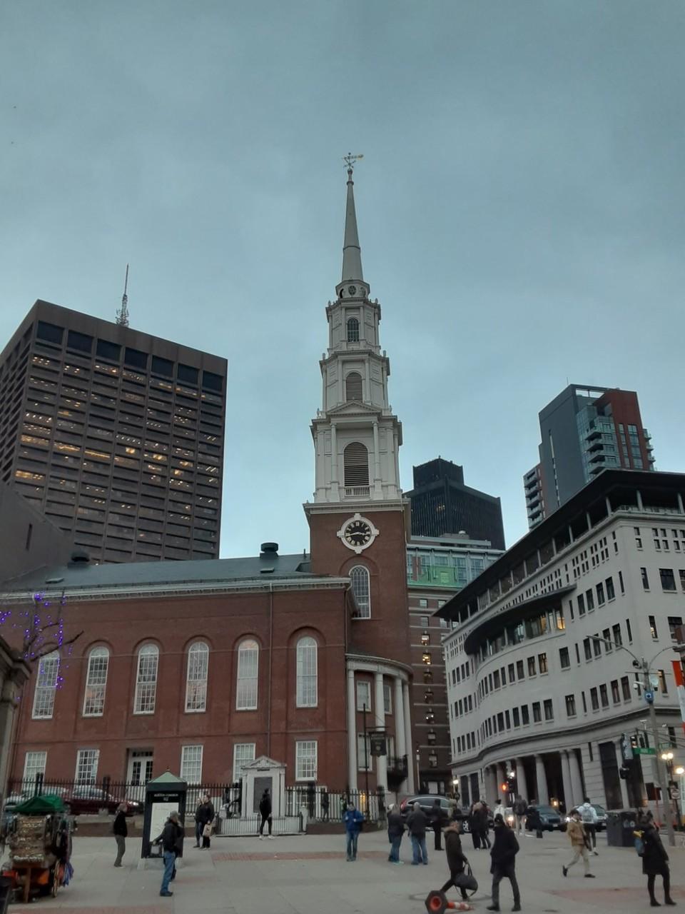 Консервативно-конгрегациональная церковь в центральной части Бостона, рядом с парком Бостон-Коммон. Её строительство было начато в 1809 году, и она была построена в очень короткий срок - от начала строительства до освящения церкви прошло меньше года.